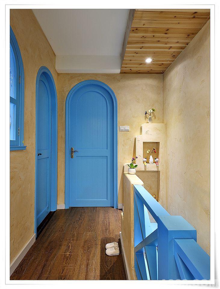 本案是一套小戶型的小復式,原建筑設計格局為一樓是主體社會空間:廚房餐廳客廳及一個小客衛和一個室內陽臺。二樓是兩個臥室及一個衛生間。其中客廳上方部分為挑空。 本案業主2年前剛裝修一套現代風格的房子。覺得太明亮簡約,不好做衛生,稍不整理就顯得非常容易凌亂。所以這次希望這套房子能給人自由開放,不拘束,且相對好做衛生,但一定得有家的味道。環保,也將是第一位。因為現在家里新添了小寶寶。設計師推薦采用混搭手法去營造地中海風格。因為太過純粹的藍白配地中海,還是不能很好滿足業主真正的居住需求。而地中海風格要傳達給受眾的就