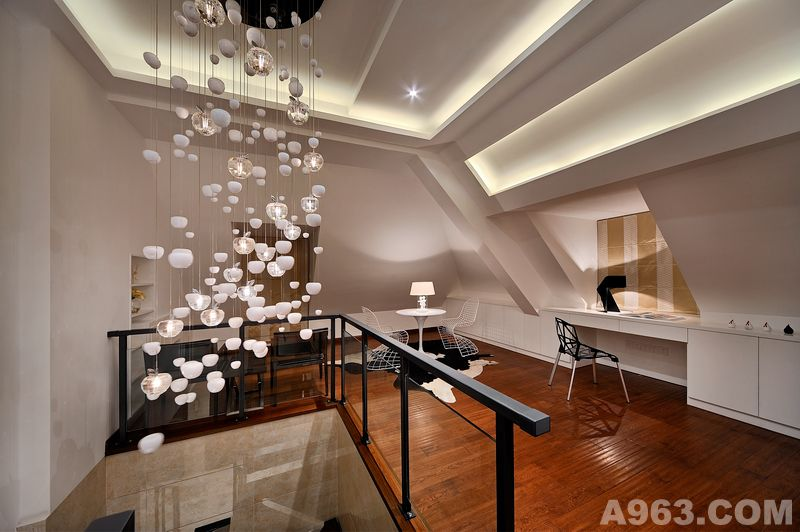 开放式客厅,餐厅地面和墙面采用浅色仿古砖铺垫,与深咖皮沙发,餐桌椅