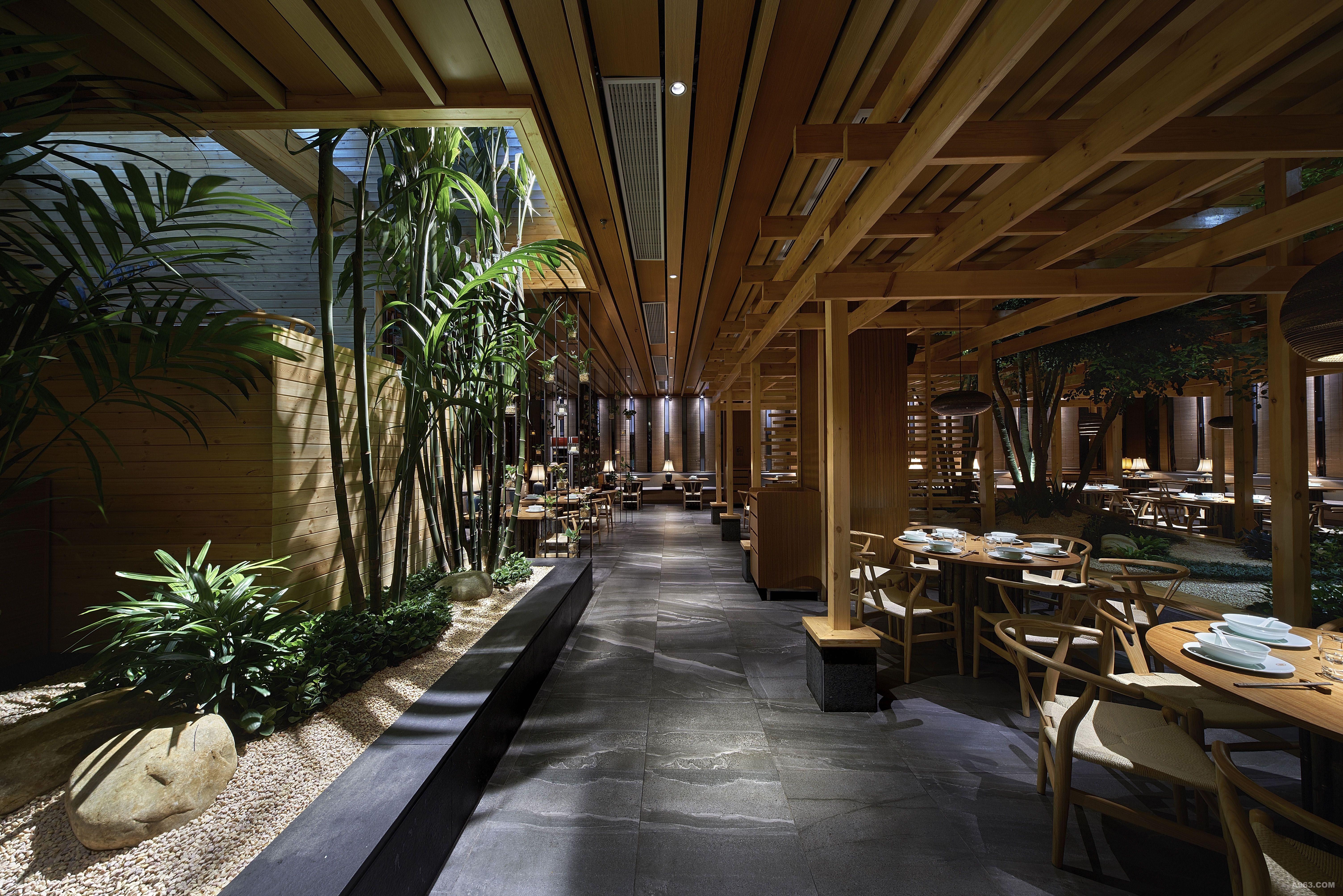 在入口等候区以山川为概念设计了毛石凳,大面积的墙面绿植,让顾客在等
