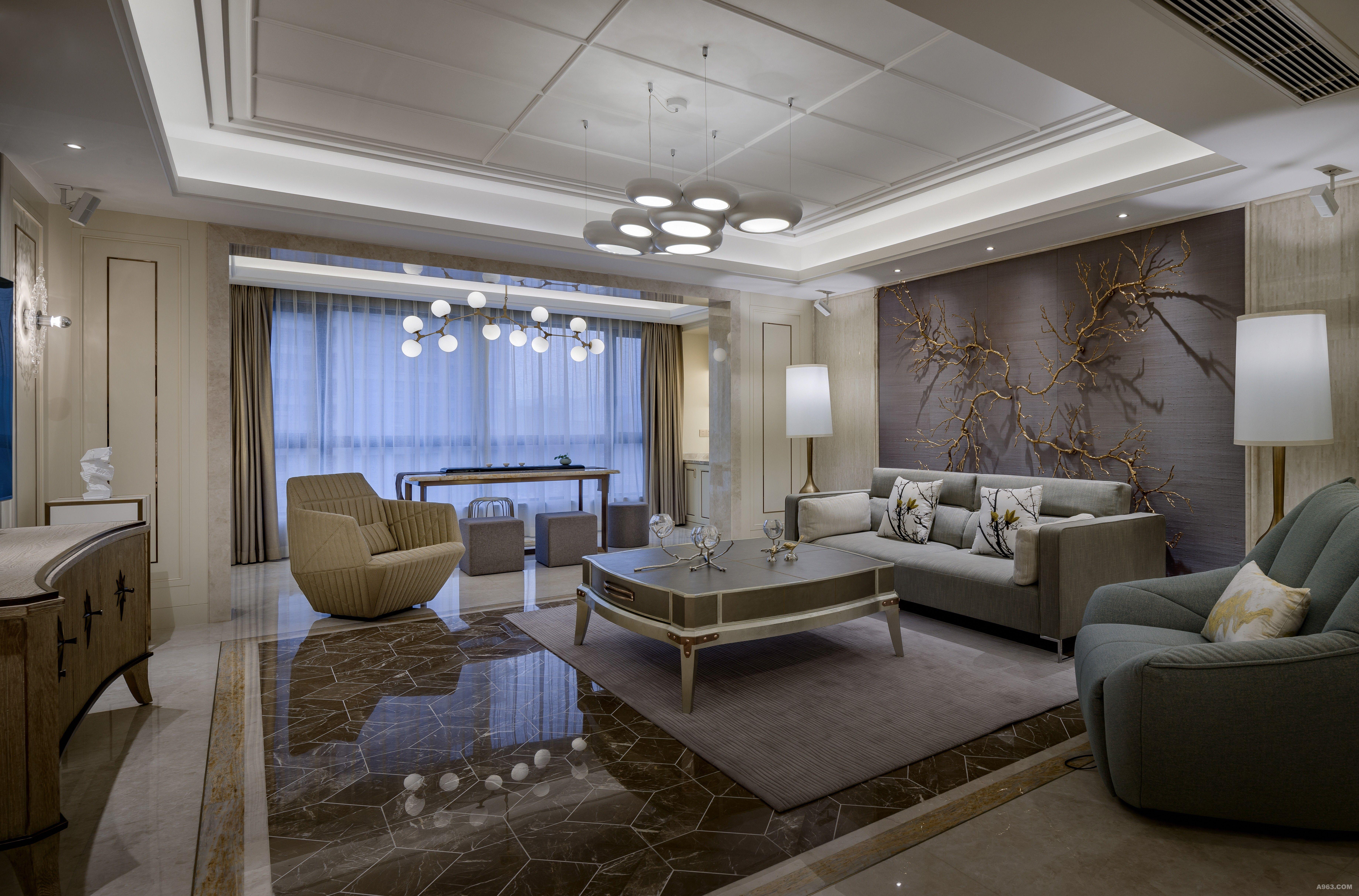 客厅巧妙地运用了材质的软化作用,设计师特意选用弧形圆线条的软装,平